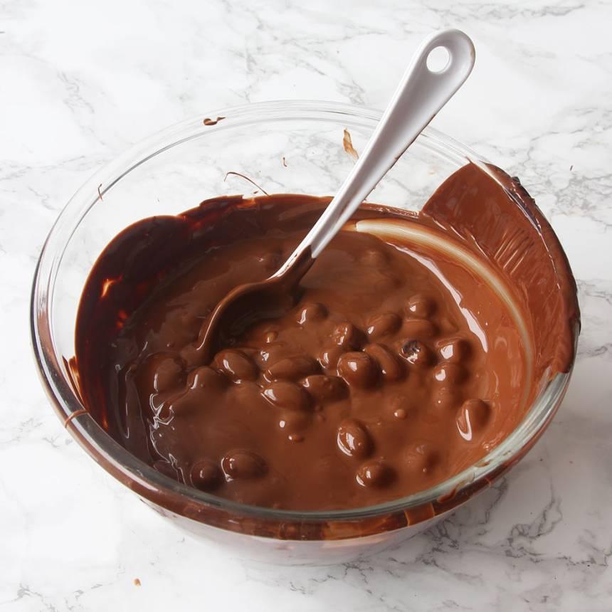 7. Rör ner nötter, mandlar och marshmallows i chokladsmeten.