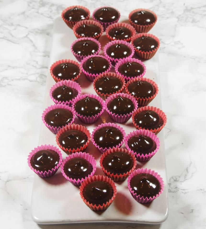 4. Spritsa eller häll ner chokladen (med en kanna) i formarna. Låt chokladen stelna i kylen.