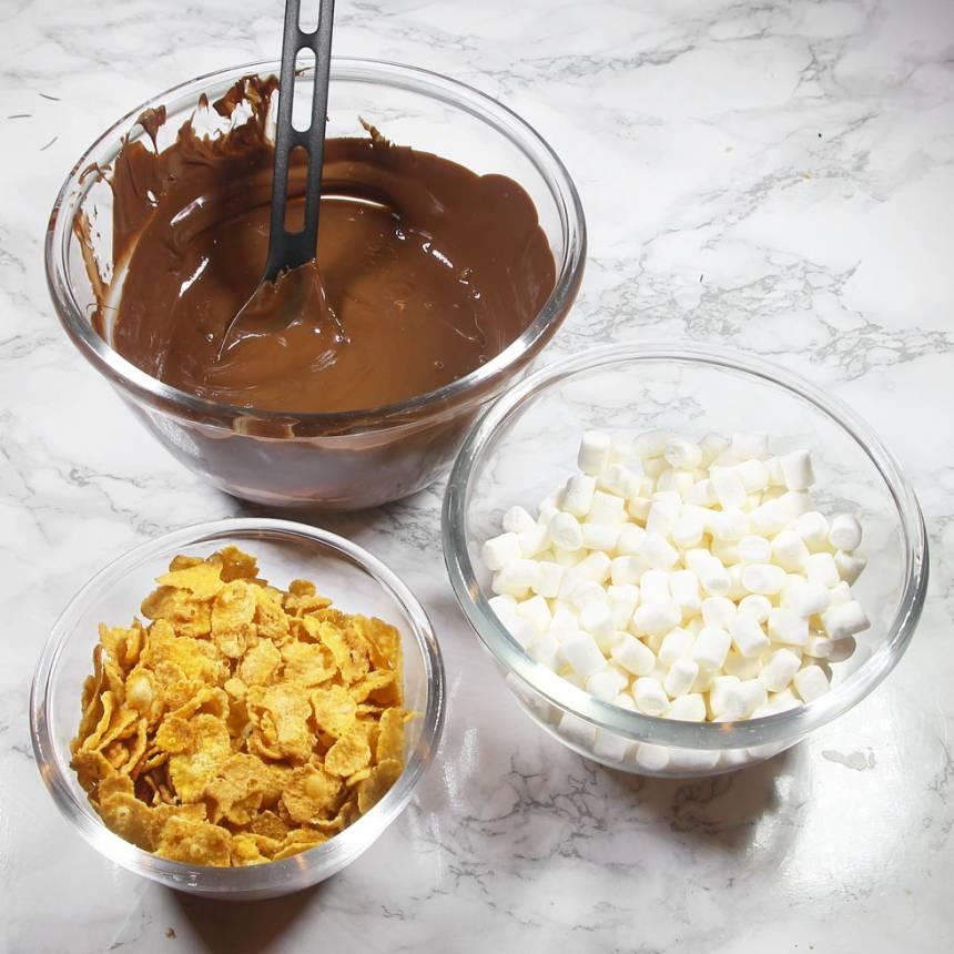 1. Bryt chokladen i bitar och smält dem i en stor skål över vattenbad.