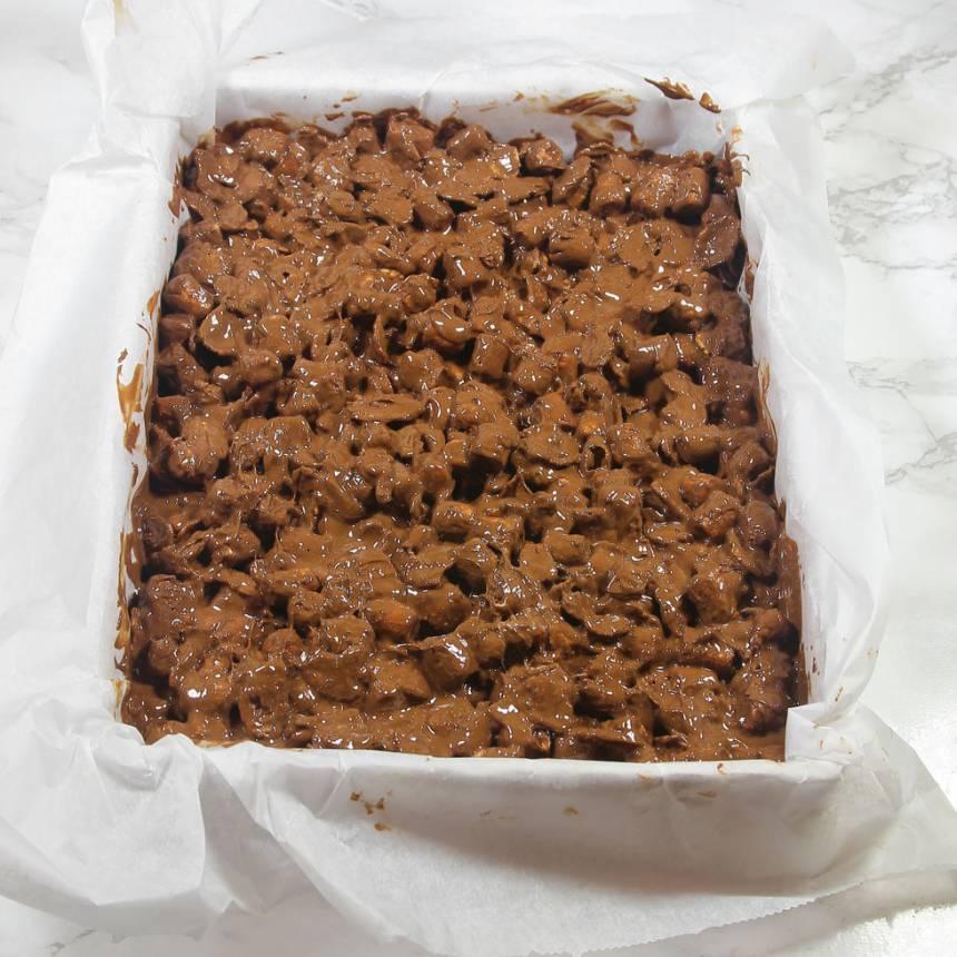 3. Bred ut smeten i en form ca 18 x 24 cm, klädd med bakplåtspapper. Låt den stelna i kylen.