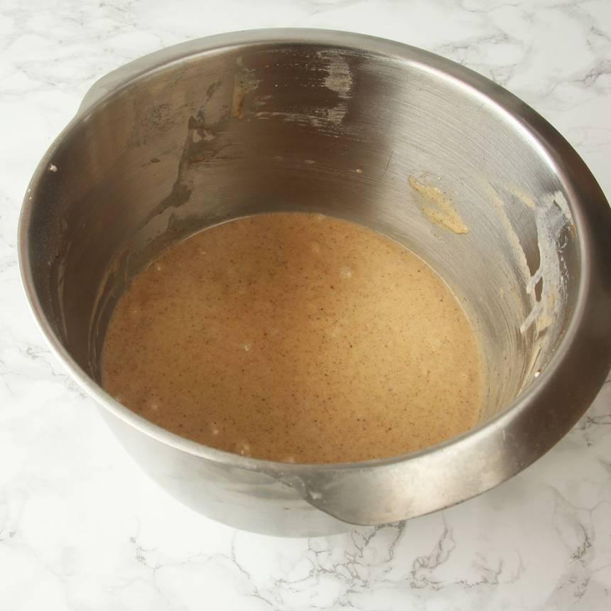 2. Vispa ägg och strösocker pösigt i en bunke. Tillsätt smörblandningen, vetemjöl blandat med bakpulver och mjölk. Rör snabbt ihop allt snabbt till en slät smet.