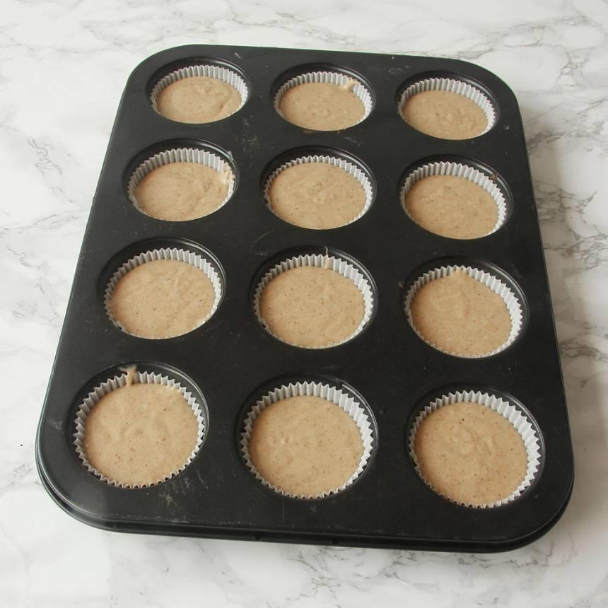 3. Häll smeten i ca 15 muffinsformar beroende på storlek. Fyll dem till 2/3. (Jag har ställt formarna i en muffinsplåt för då behåller de formen bättre, men det funkar utan också).