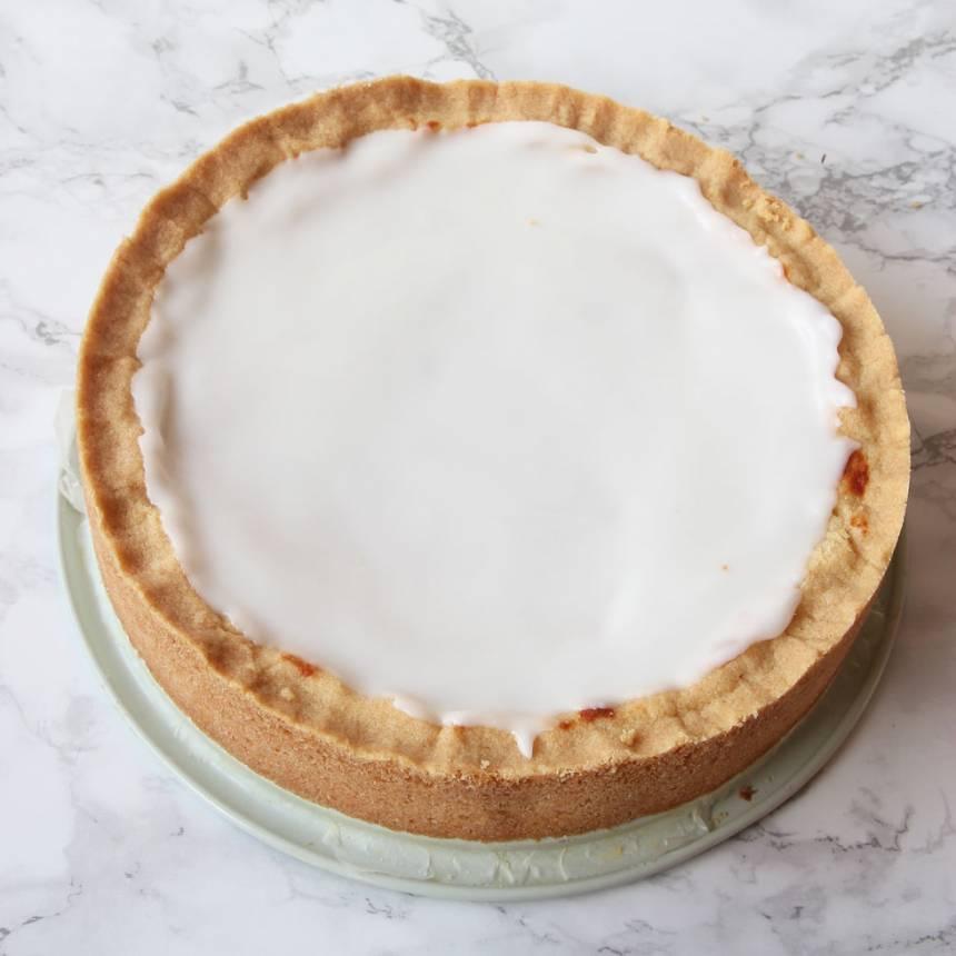 7. Bred ut glasyren på kakan. Låt den stelna i kylen.