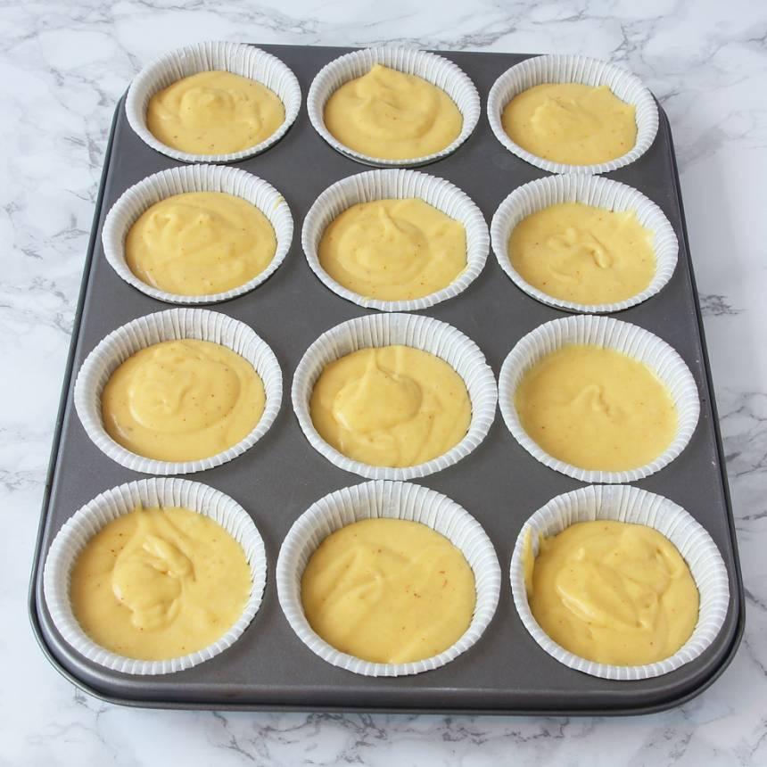 2. Fördela smeten i stora muffinsformar, ca 12 st. Fyll dem till ¾. (Om du har en muffinsplåt kan du ställa formarna i den för då håller kanterna sig raka bättre, men det funkar även utan).