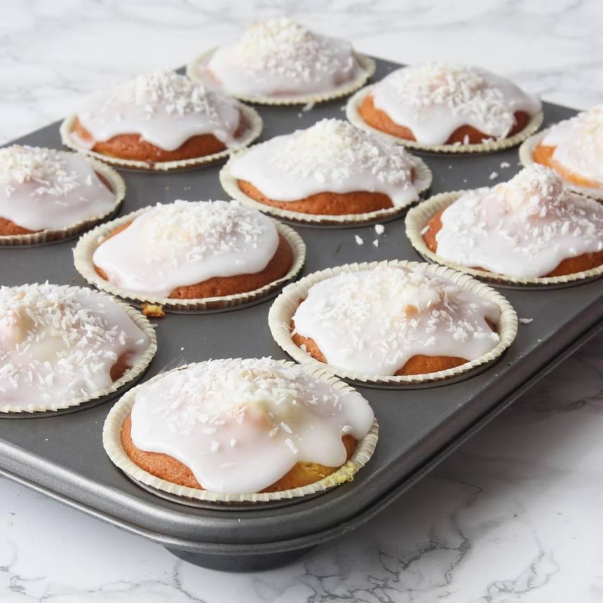 5. Bred ut glasyren över muffinsen och strö över kokos. Låt glasyren stelna (gärna i kylen).