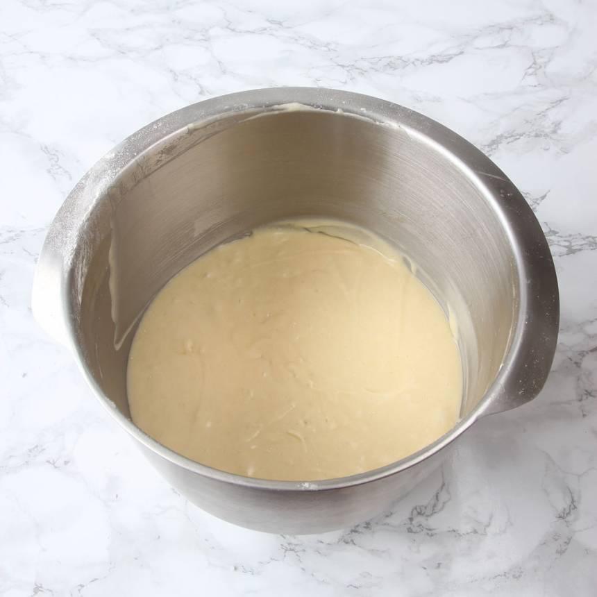 1. Sätt ugnen på 175 grader. Vispa ägg och strösocker pösigt i en bunke. Tillsätt bakpulver, smör, mjölk och vetemjöl. Vispa snabbt ihop allt till en slät smet.
