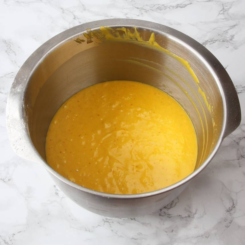 2. Vispa ägg och strösocker pösigt i en bunke. Tillsätt bakpulver, mjölk, vetemjöl och smörblandningen. Blanda ihop allt till en slät smet.