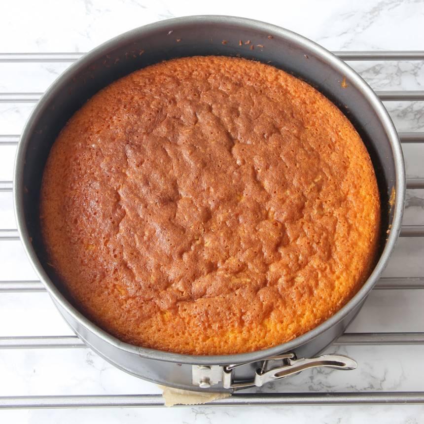 4. Grädda kakan längst ner i ugnen i 40–45 min. Låt den svalna i formen.