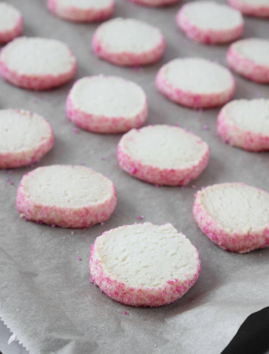 8. Grädda kakorna mitt i ugnen i 15–16 min. Gräddar du kakorna för länge eller i för hög värme kan sockret på kanterna bli brunt.