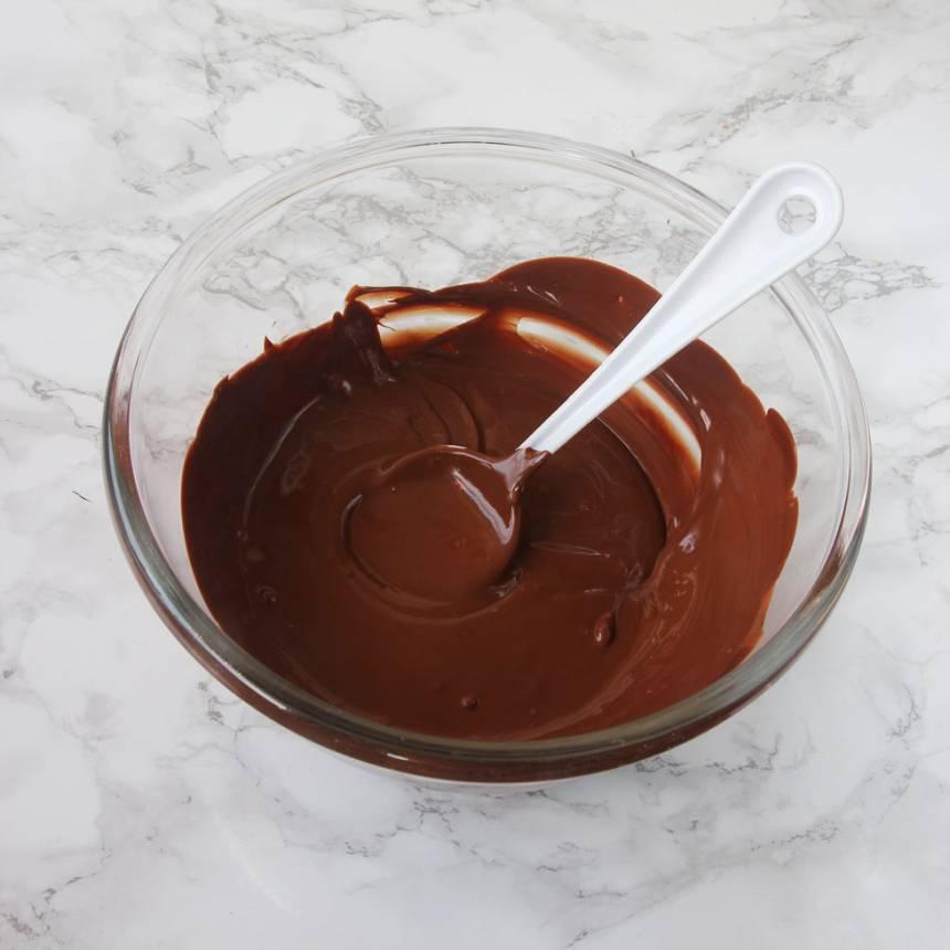 Smält chokladen över vattenbad. Rör ner kokos i smeten.