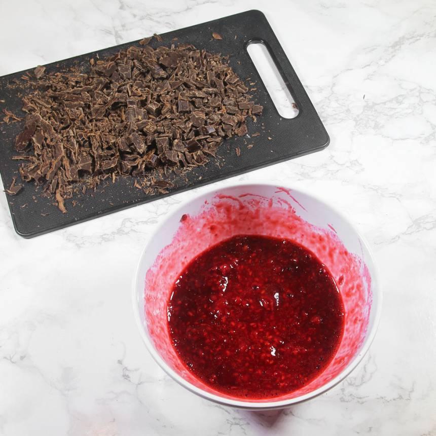 3. Låt hallonen tina och mosa dem i en skål. Hacka chokladen.