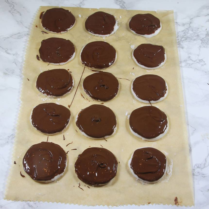 4. Pensla mintplattorna med smält choklad. Låt dem stelna i kylen.