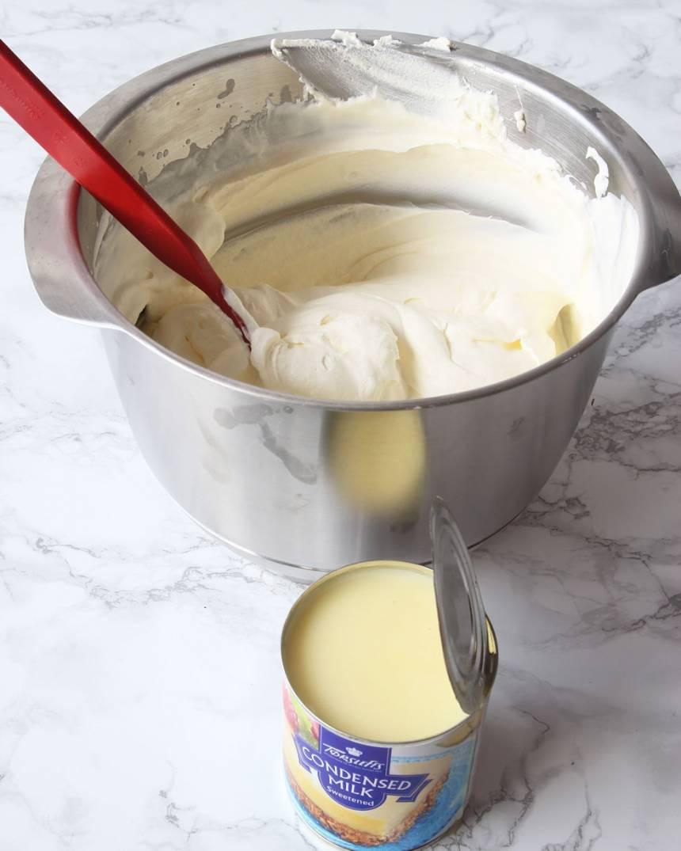 1. Vispa grädden fluffig. Tillsätt den kondenserade mjölken och rör om ordentligt med en slev.