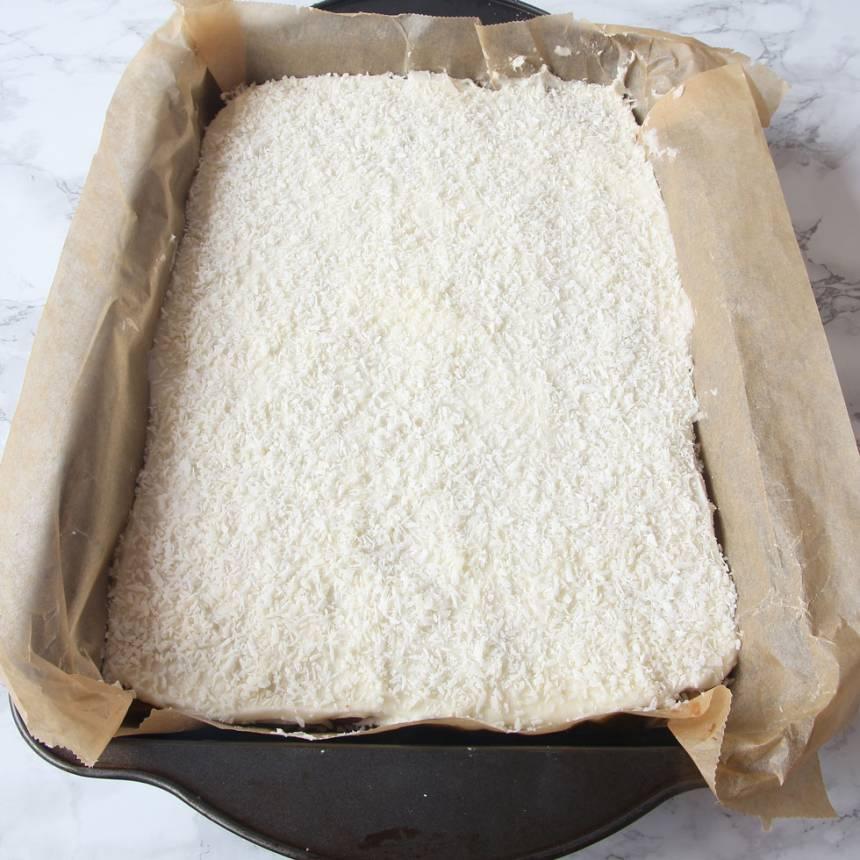 6. Strö över kokos och låt sedan glasyren stelna. Skär kakan i rutor med en vass kniv.