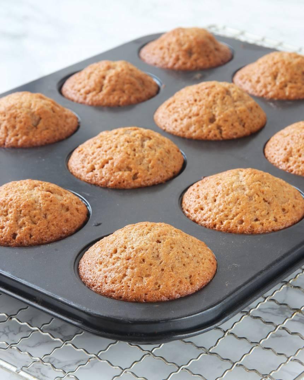 4. Grädda muffinsarna mitt i ugnen i 13–16 min. Pudra ev. florsocker över dem före servering.