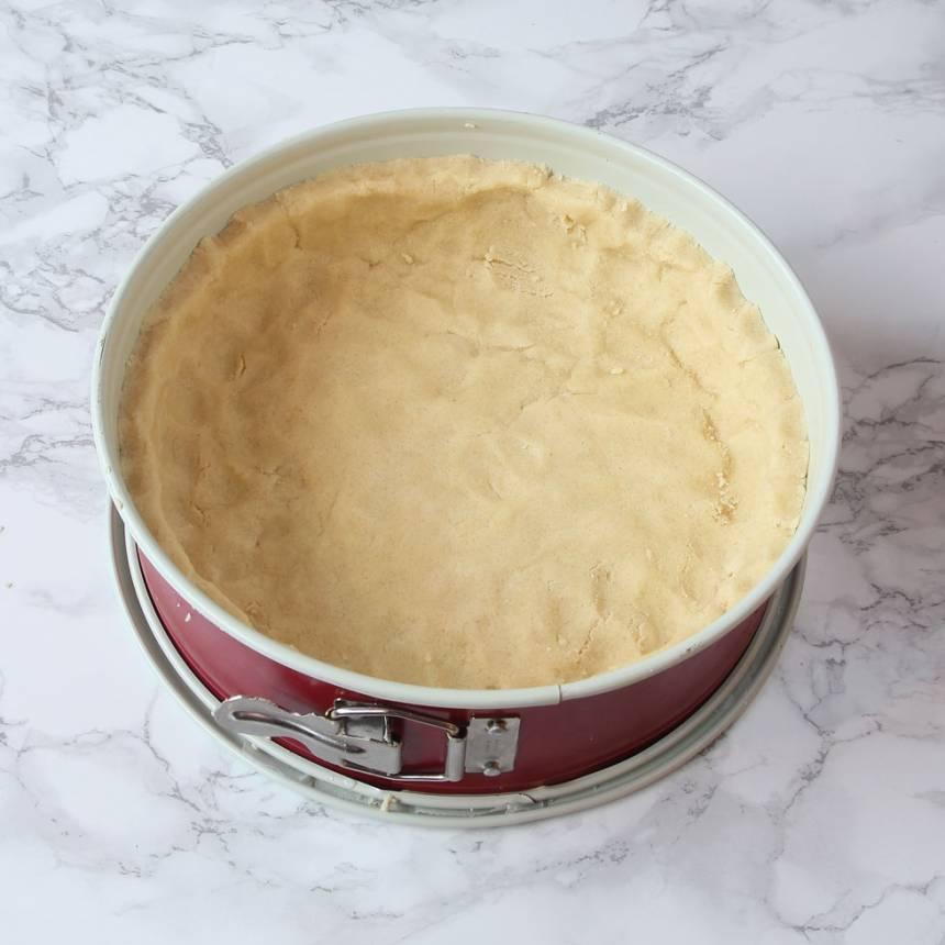 2. Tryck ut degen i en form med löstagbar kant, 23–24 cm i diameter klädd med bakplåtspapper i botten. Degen ska sticka upp några centimeter på kanterna.
