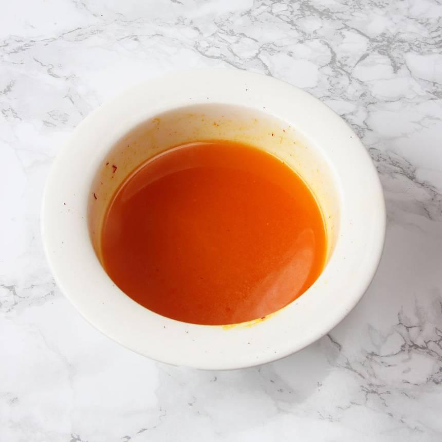1. Sätt ugnen på 200 grader. Smält smöret i en kastrull. Ta bort kastrullen från plattan och rör ner saffranet. Blanda ordentligt.