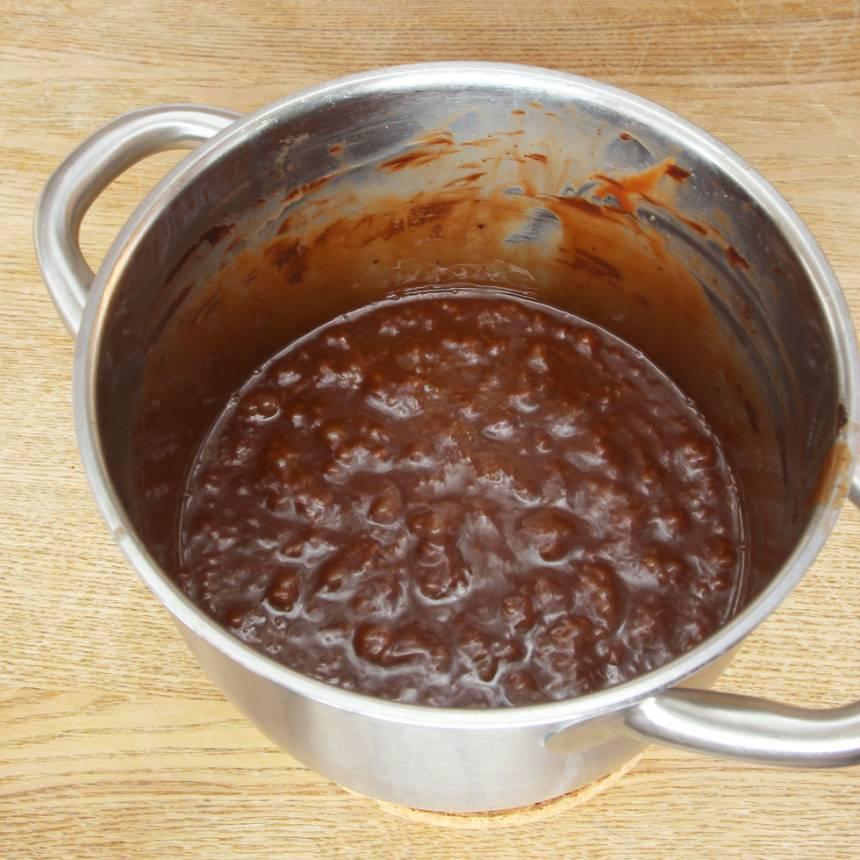 1. Smält smöret i en kastrull. Tillsätt strösocker, vispgrädde, sirap, kakao och salt. Koka upp och låt det puttra på svag värme till ca 125 grader (det tar 20–30 min beroende på temperatur. Rör om emellanåt. Stäng av värmen och tillsätt ättikspriten när temperaturen har nått 125 grader, rör om i ca ½ min.