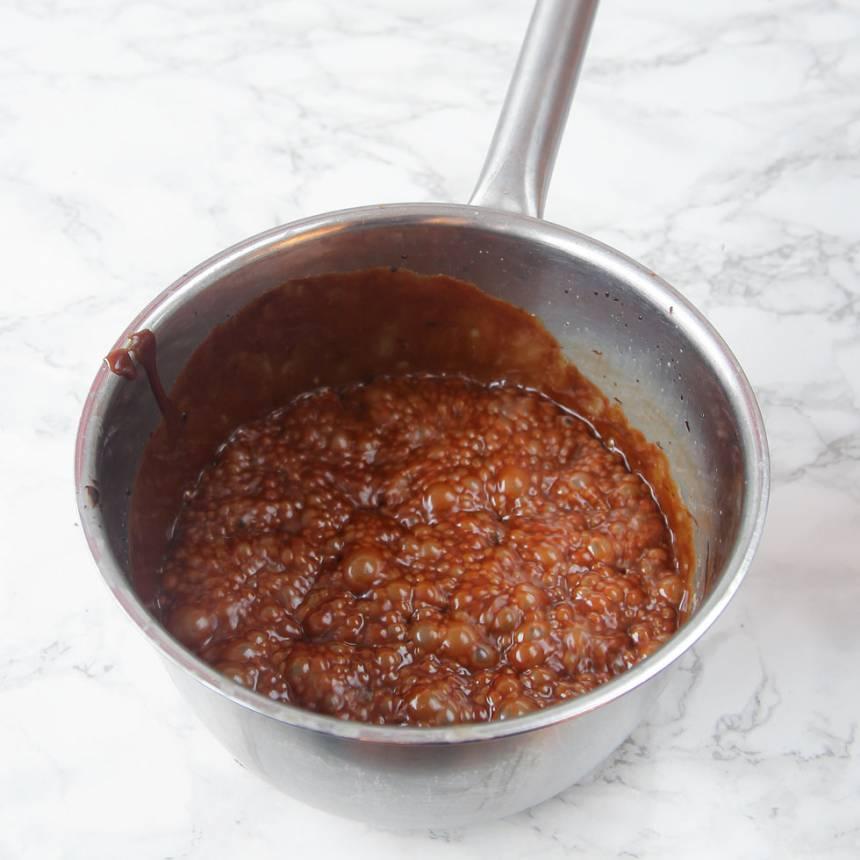2. Koka upp vispgrädde, strösocker, sirap och kakao. Låt röran sjuda till ca 120 grader.