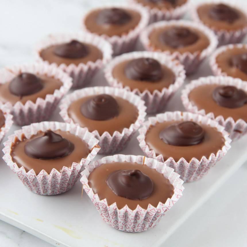 6. Smält lite mörk choklad och lägg en klick på toppen. Låt den stelna i kylen.