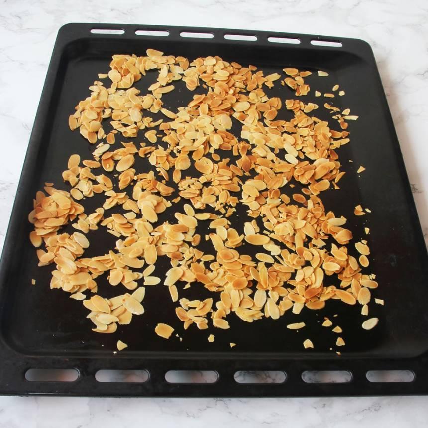 2. Lägg mandelspånen på en plåt. Rosta dem i ugnen i 6–8 min. Rör om ca 2 gånger under rostningen.