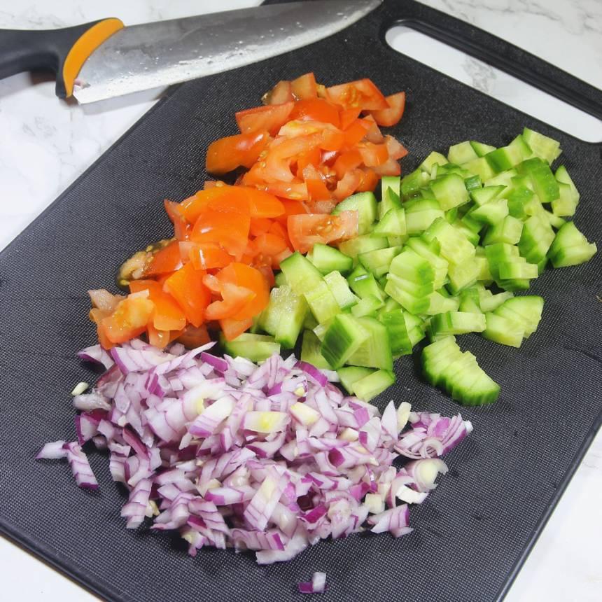 2. Skär tomat, gurka och lök i små bitar (och/eller andra valfria grönsaker).