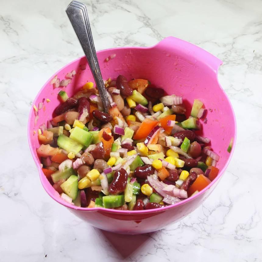 4. Blanda ihop bönorna, de skurna grönsakerna och majs i en skål. Ringla över vinägrett dressing.