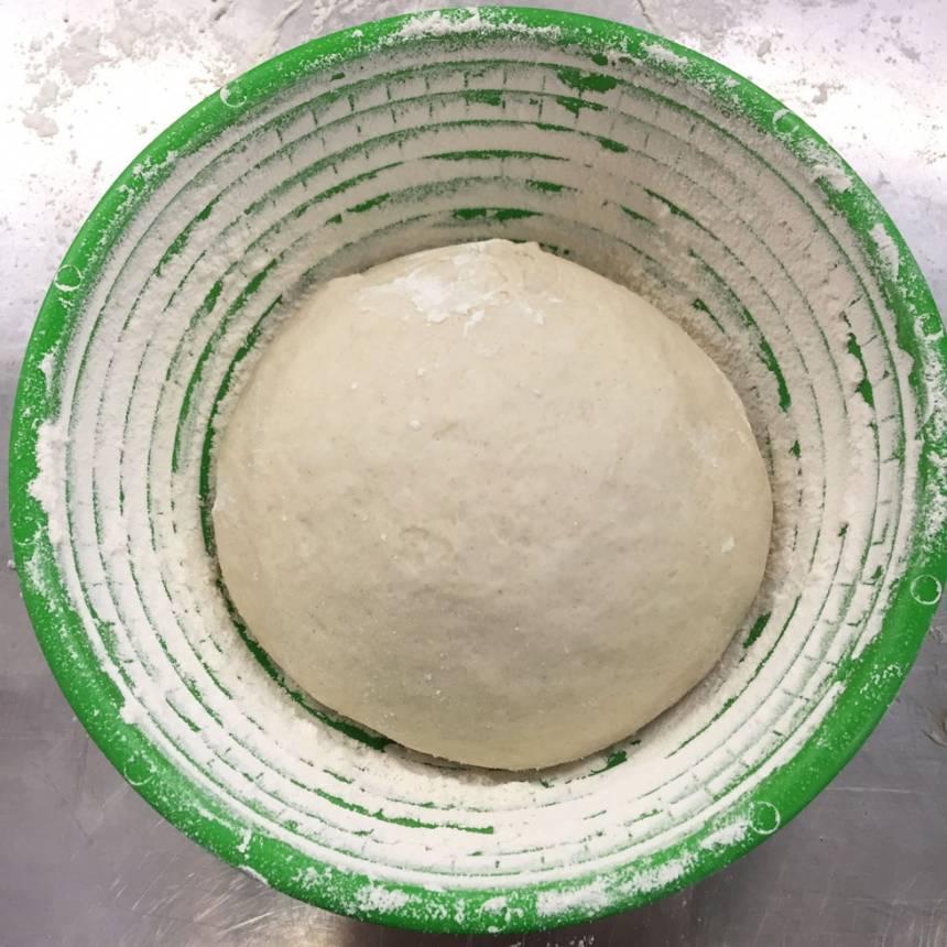3. Lägg degbollarna i två mjölade jäskorgar eller i två runda, mjölade skålar/durkslag (så håller den formen bättre när den gräddas. Mjöla kanterna på skålen ordentligt så degen inte fastnar (läs tipset ovan). Låt degen jäsa under bakduk i ca 30 min.