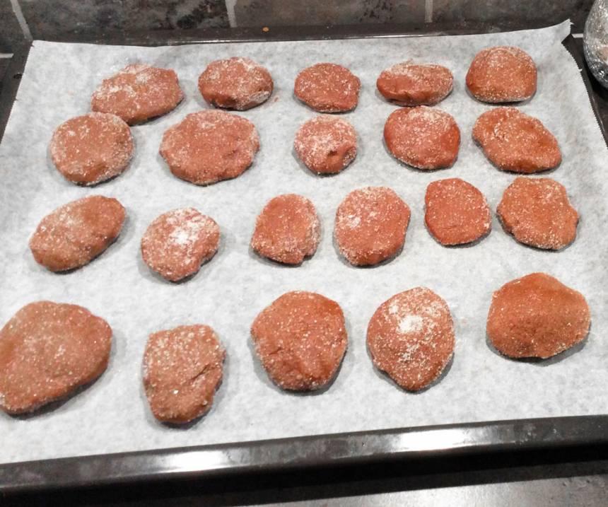 4. Strö strösocker över kakorna och platta till kakorna lite lätt.