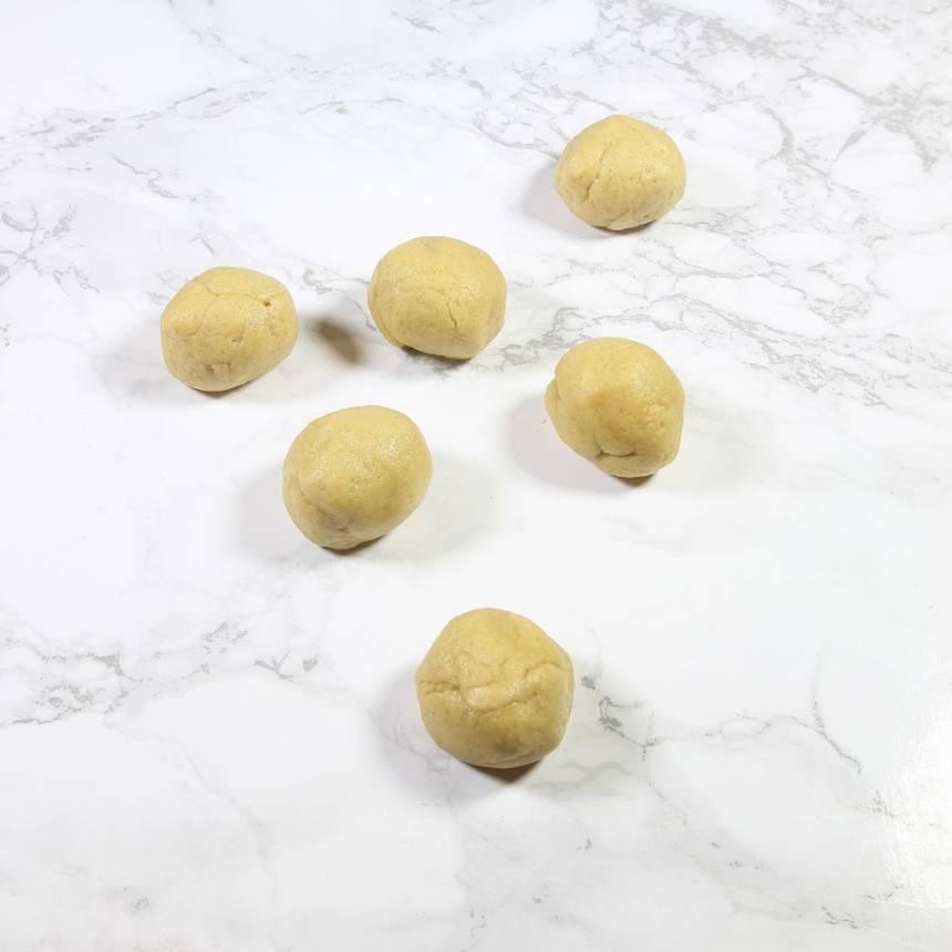 2. Dela degen i ca 24 bitar. Rulla dem till bollar.