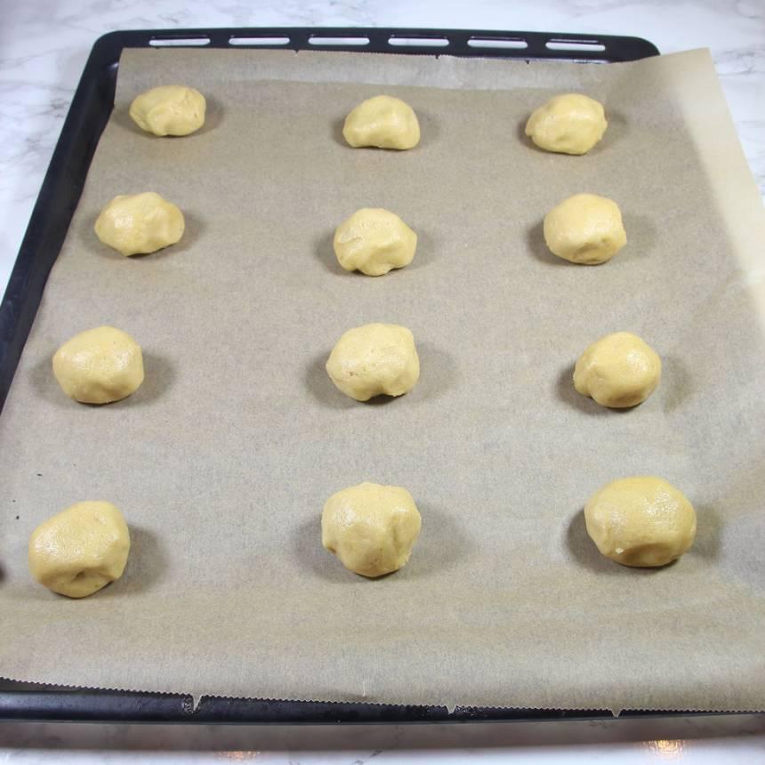 4. Lägg kakorna på plåtar med bakplåtspapper (ca 9 på varje).