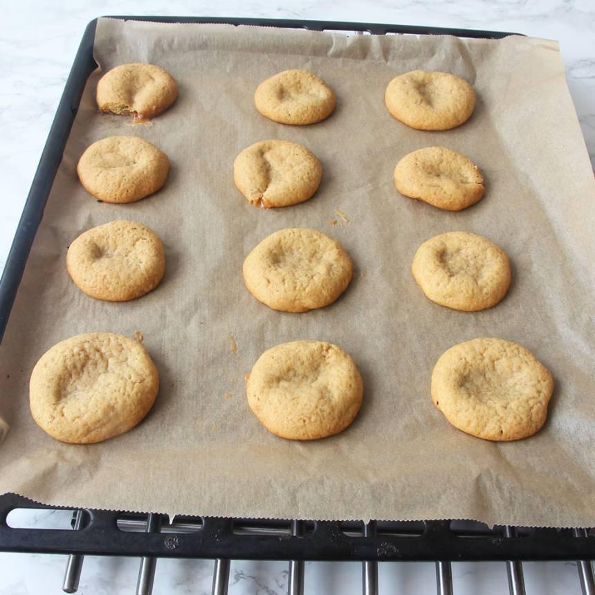 5. Grädda kakorna mitt i ugnen i 18–20 min. Låt dem svalna på plåten.