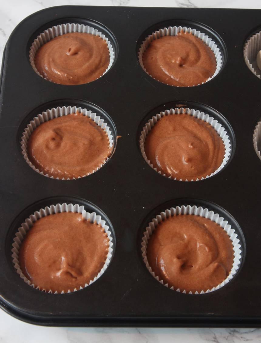 2. Ställ ut 12–15 muffinsformar på en plåt (eller i en muffinsform). Häll smeten i muffinsformarna. Fyll dem till 2/3. (Jag har ställt formarna i en muffinsplåt för då behåller de formen bättre, men det funkar utan också).