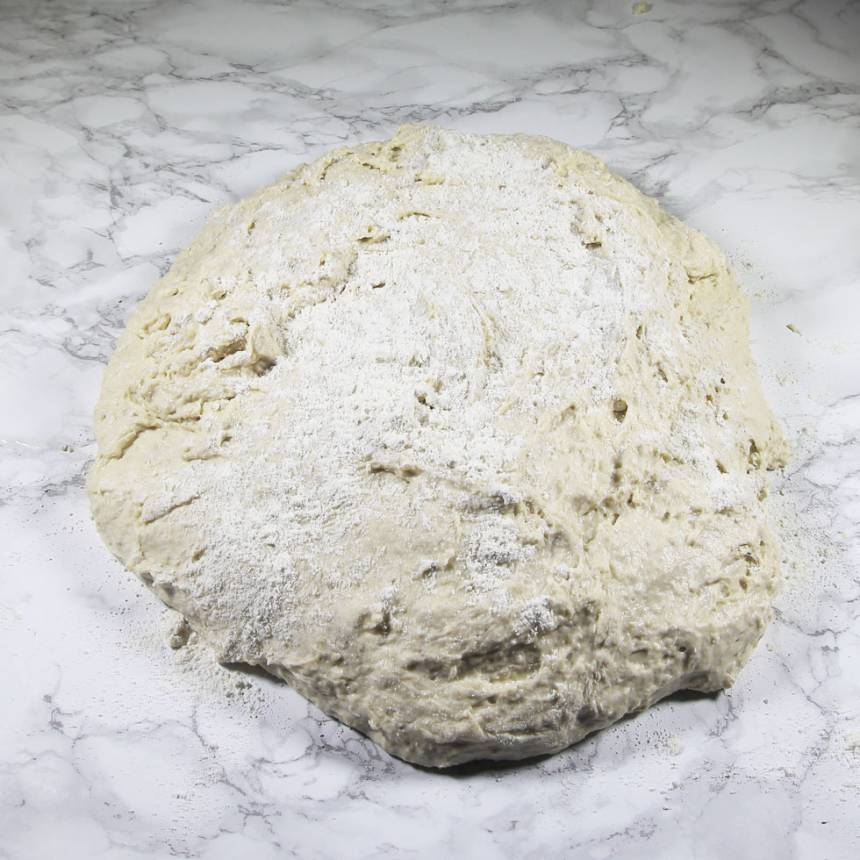 2. Smula ner jästen i en bunke. Tillsätt mjölken och blanda tills jästen lösts upp. Tillsätt gröt, salt, rapsolja och vetemjöl, lite i taget. Blanda ihop allt till en deg och knåda den i några minuter. Rulla degen i vetemjöl.