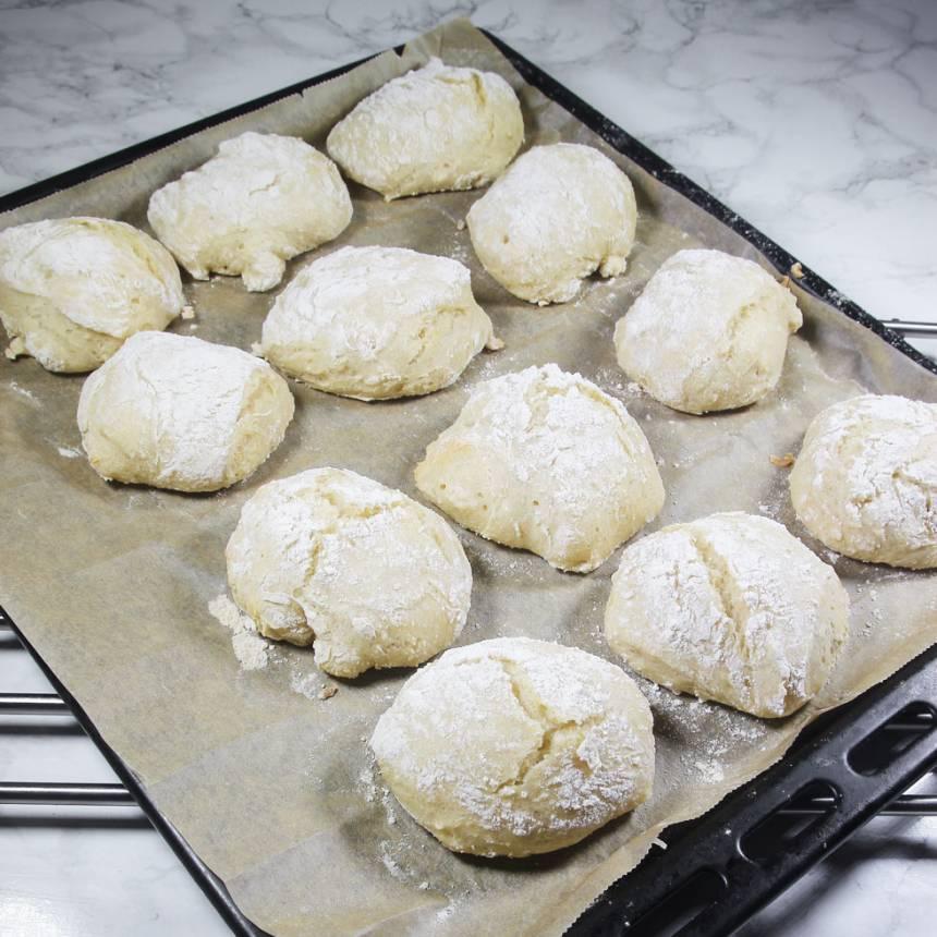 5. På morgonen: Ta fram frallorna i rumstemperatur. Sätt ugnen på 250 grader. Grädda bröden mitt i ugnen i ca 12–15 min. Låt dem svalna på ett galler under bakduk.