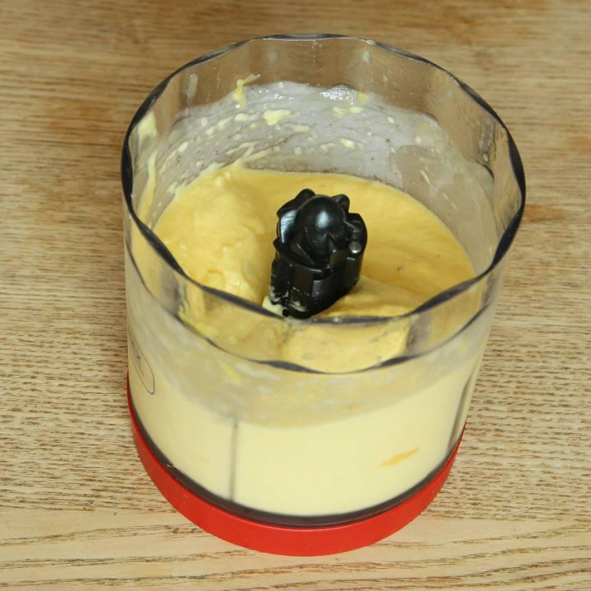 1. Mixa bananen och mangon i en hushållsmaskin med knivar till en glass. Låt bananen tina lite om det är svårt att mixa. Ät direkt eller förvara glassen i frysen.