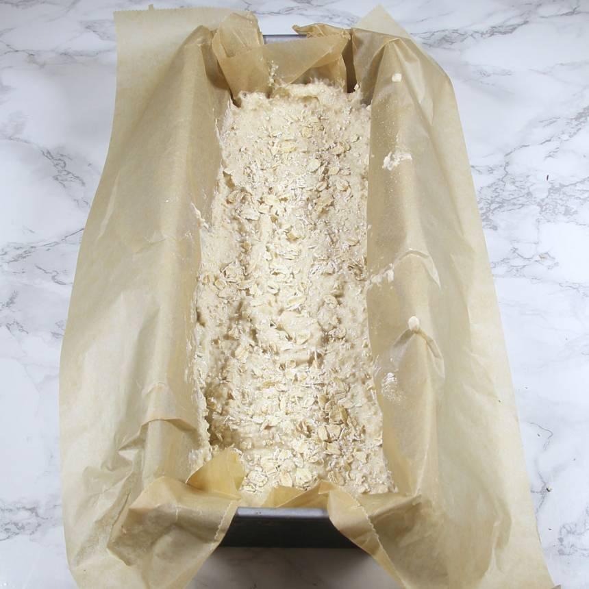 5. Häll smeten i en limpform, ca 1 ½ liter, klädd med bakplåtspapper. Strö över lite havregryn.