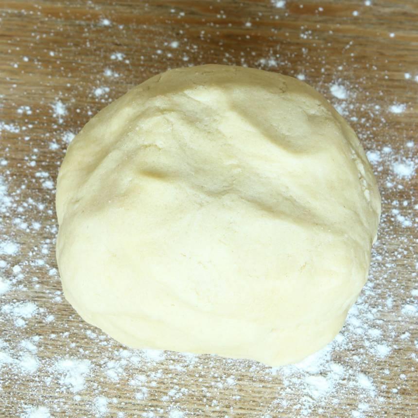 1. Sätt ugnen på 180 grader. Blanda strösocker, vetemjöl och salt i en bunke. Nyp ihop smöret med de torra ingredienserna till en deg. Eller kör ihop degen snabbt i en hushållsmaskin.