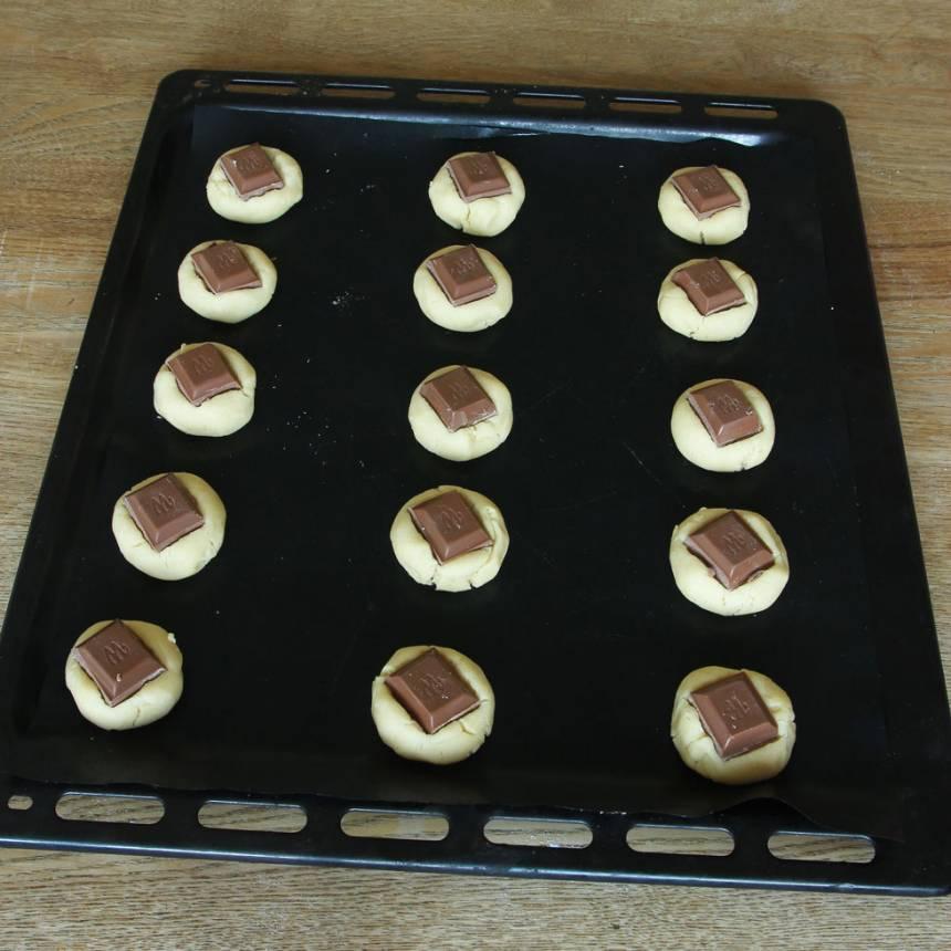 4. Lägg en chokladbit på varje boll och tryck till lite.