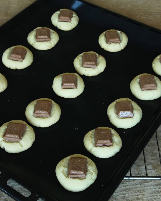 5. Grädda kakorna mitt i ugnen i ca 20 min. Låt dem svalna på plåten.