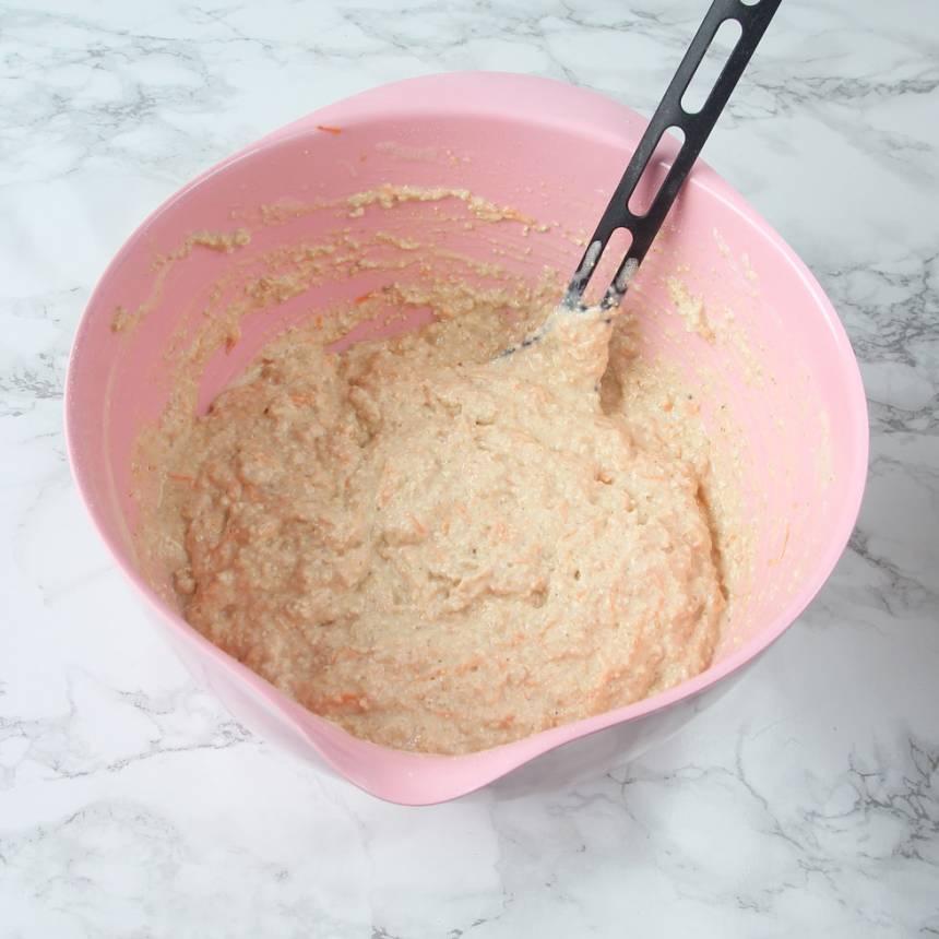 4. Blanda ihop alla ingredienser till degen i samma bunke, till en kladdig deg.
