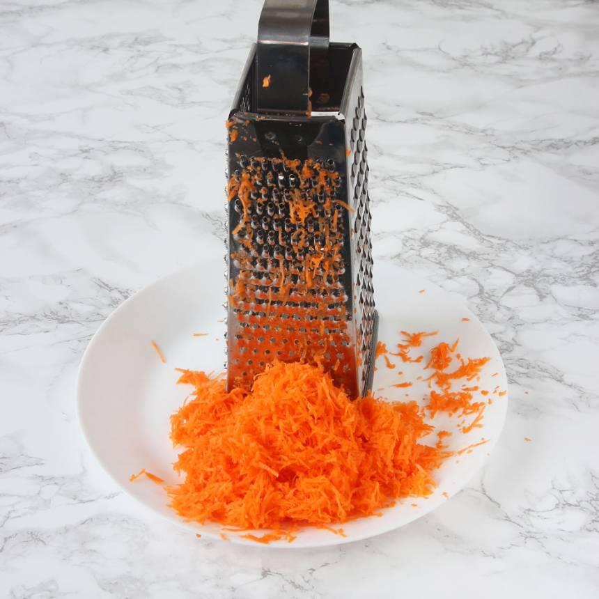1. Sätt ugnen på 180 grader. Skala och riv morötterna fint.