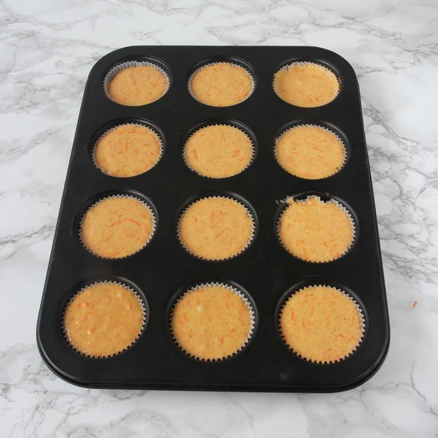 3. Fyll ca 12 muffinsformar till ¾ med smet. Jag har använt en muffinsplåt för då håller de formen bättre, men det går bra även utan form.
