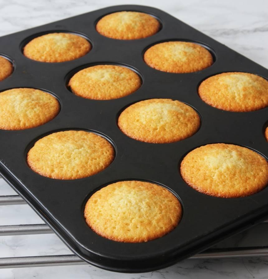 3. Grädda muffinsarna mitt i ugnen i 14–16 min. Pudra florsocker över dem före servering.