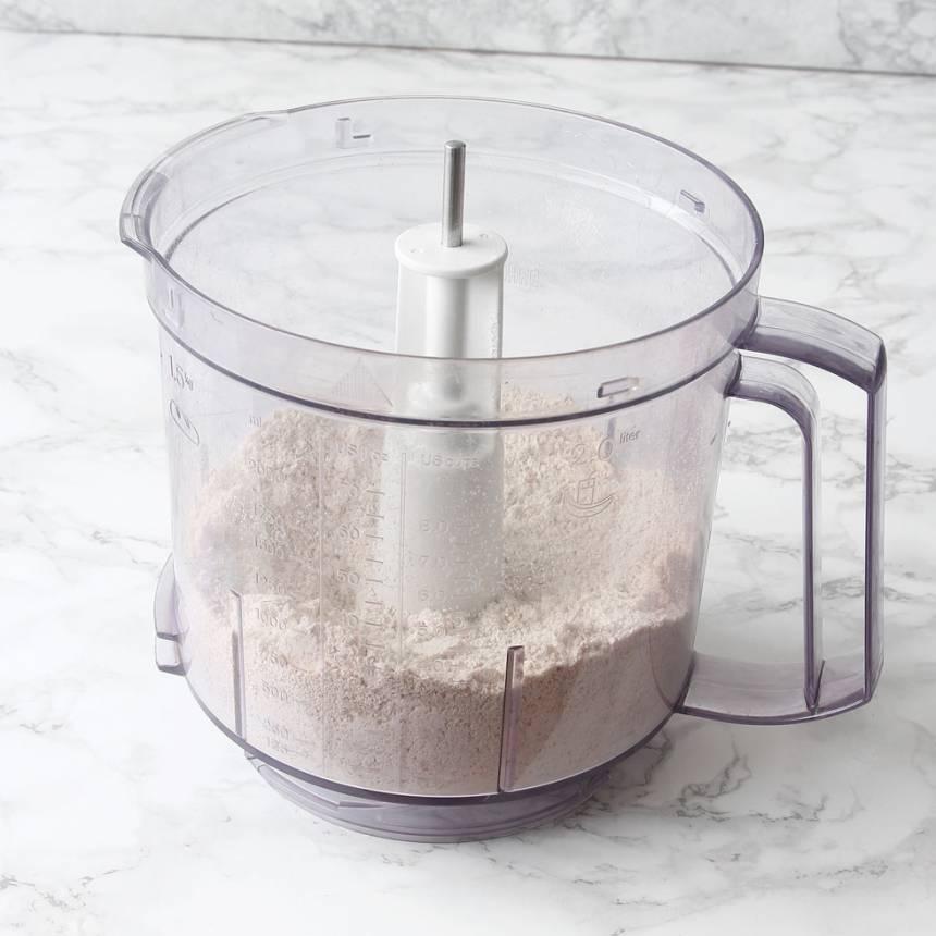 1. Sätt ugnen på 250 grader. Mixa 8 dl havregryn till ett mjöl i en matberedare eller mixer med knivar.