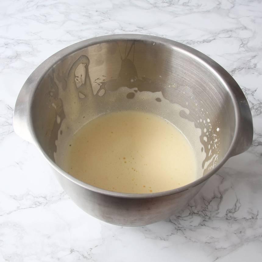 2. Vispa äggen fluffiga med en elvisp i en skål.