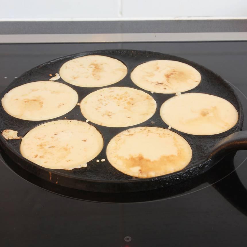 4. Häll ett tunt lager smet i stekpannan. Sänk värmen ett par steg. Vänd pannkakan när smeten börjar stelna.