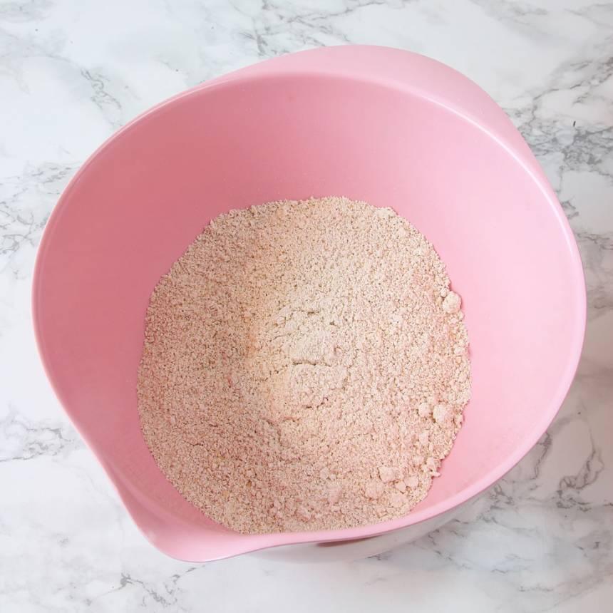 2. Blanda de mixade havregrynen, bikarbonat och salt i en bunke.