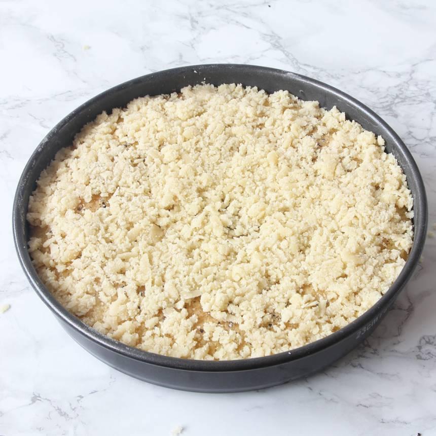 5. Strö mandelmassan över kladdkakan medan den fortfarande är varm. Platta till massan lite lätt. Låt kakan svalna i formen. Låt gärna kladdkakan stå i kylen i någon timme innan du garnerar den. Då blir bottnen segare och godare.