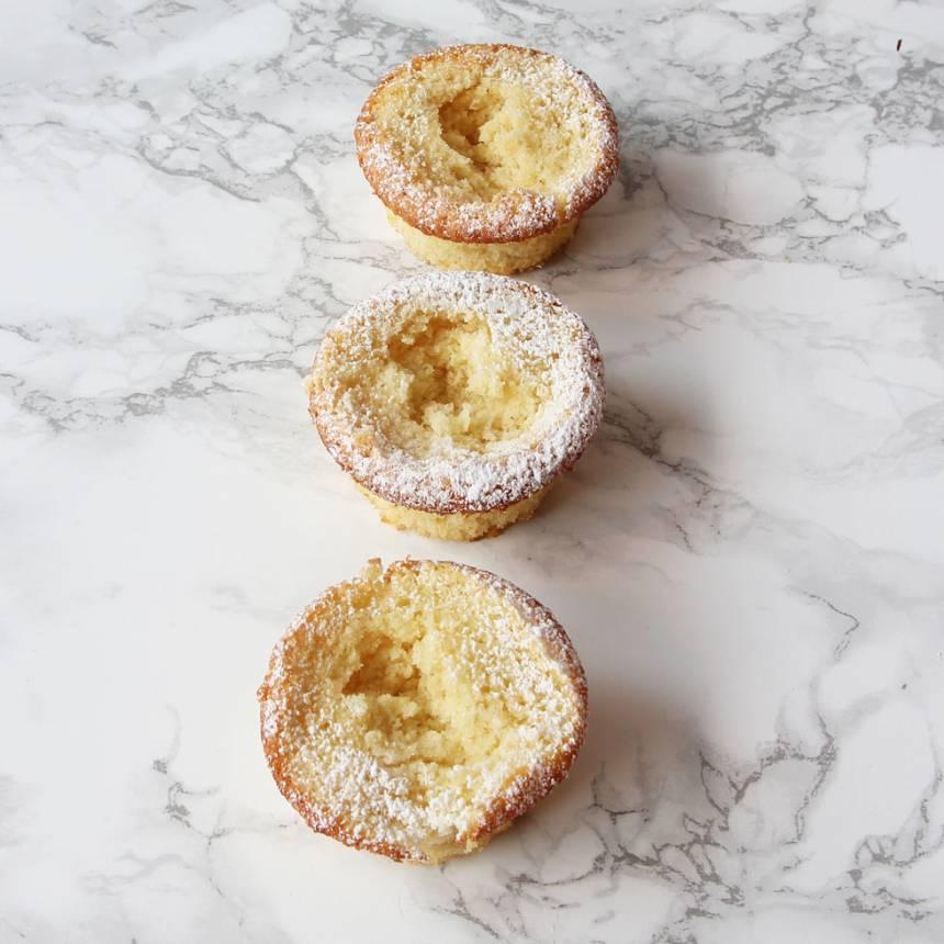 5. Skär av topparna på muffinsarna till lock. Gröp ur lite innanmäte i underdelen.